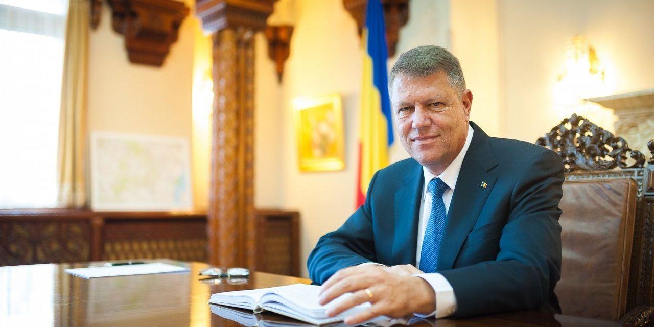 Iohannis a promulgat legea care plafonează indemnizaţia pentru creşterea copiilor la 8.500 de lei
