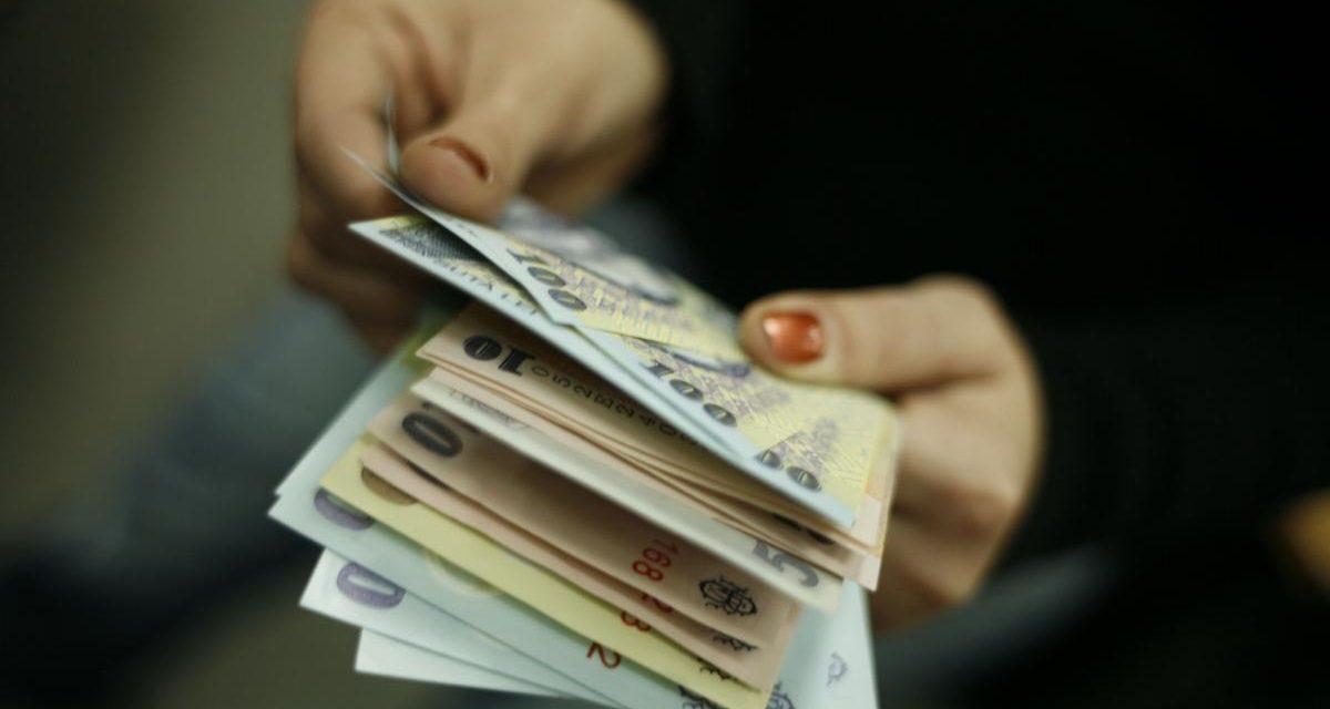 Românii cu credite în lei, rate cu 20% mai mari la bănci. Cum ne mănâncă ROBOR-ul banii