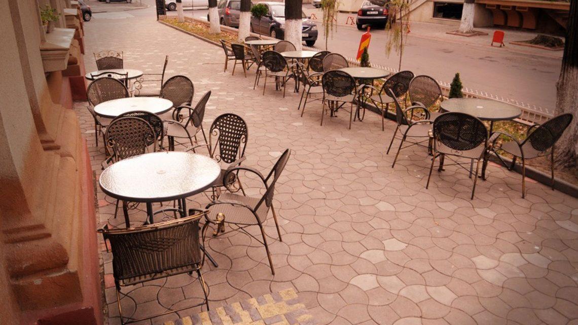 Slalom printre cafenele. Liber la ridicat terase pe trotuarele din centrul Constanței