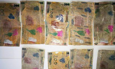 S-a dus la cumpărături cu bani falsificați la xerox și desenați cu carioci