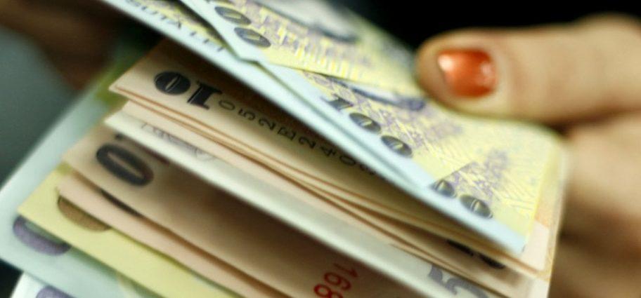 O funcţionară a Direcţiei de Finanţe, pusă sub control judiciar după ce a luat mită