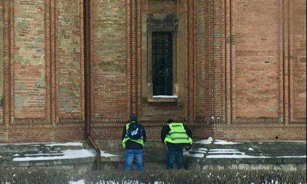 """Polițiști filmați în timp ce urinau pe zidul unei biserici. BOR: """"Sunt persoane rupte de realitatea bunului simț"""""""