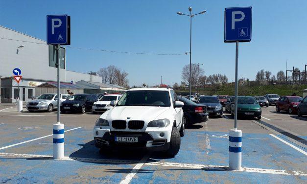 Aviz târtanilor! 10.000 lei amenda pentru șoferii care parchează pe locul persoanelor cu handicap