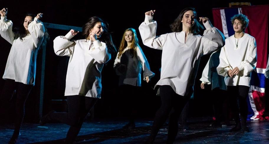 """""""Hamlet"""", prima piesă de teatru pusă în scenă la Centrul """"Jean Constantin"""". Actorii sunt elevi ai Colegiului Regina Maria"""