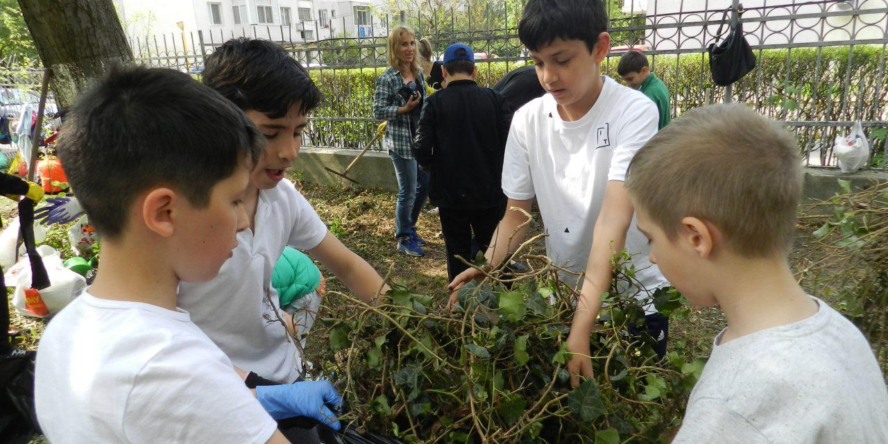 """Elevii Școlii nr.37, implicați în campania Curățăm Constanța Noastră. """"Este o bună lecție de educație ecologică"""""""