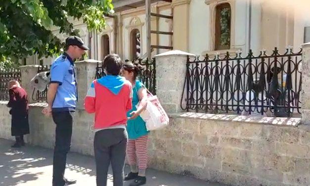 Cerșetorii de la biserici, amendați și cu banii confiscați de polițiștii locali