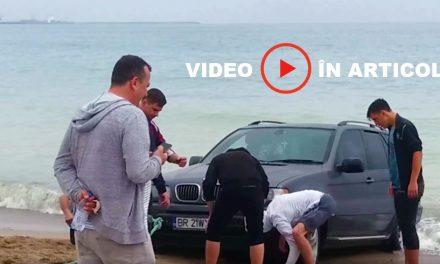 Un cocalar şi-a scăldat maşina în apa mării, pe plaja din Vama Veche