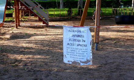 """Măsura jenantă de a împiedica accidentele de la locurile de joacă: o hârtie cu mesajul """"folosirea se face pe propria răspundere"""""""