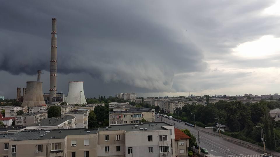 """Cât mai țin ploile și furtunile. Meteorolog: """"O masă de aer rece a rămas blocată peste România"""""""
