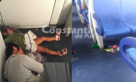 Trenul UMILINȚEI. Oameni care dorm pe jos, mizerie și blatiști. Imagini revoltătoare dintr-un vagon CFR, pe ruta București-Constanța