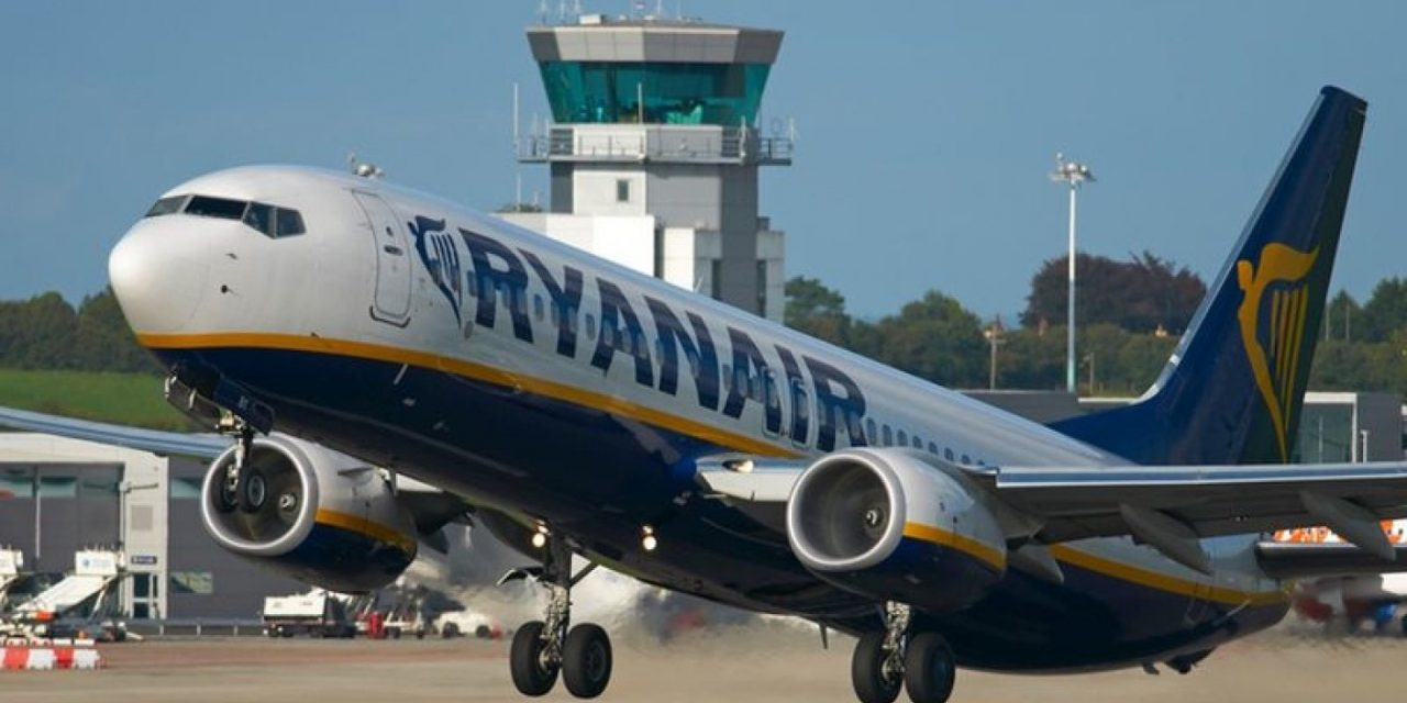 Probleme grave la bordul unui avion Ryanair. Peste 30 de pasageri au fost transportați la spital