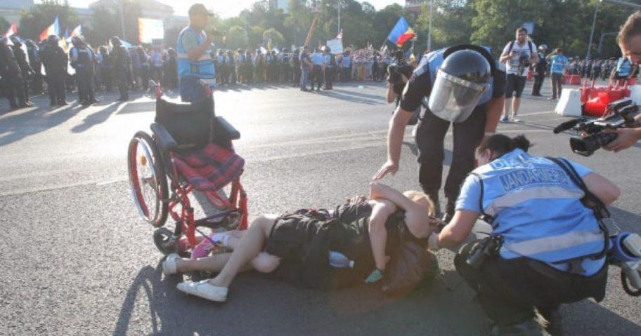 Femeia în scaun cu rotile agresată de jandarmi: Îmi este foarte rău, după cum se vede sunt și caftită