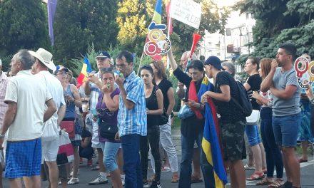 GALERIE FOTO/VIDEO. De ce au ieșit constănțenii la protest. Mamă: Îmi iubesc copiii, dar viitorul lor e în afara granițelor țării