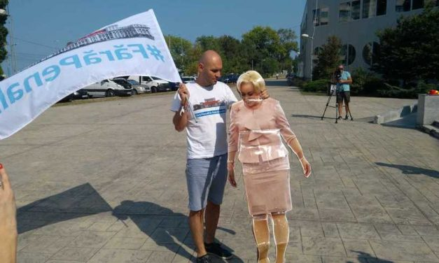 """Dăncilă, huiduită la Constanța. Protestatarii au numit-o """"Marioneta lui Dragnea!"""""""