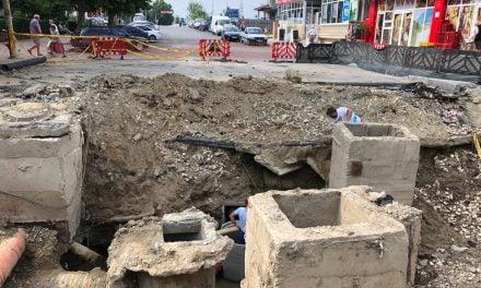 Crater de 4 metri și zeci de metri asfalt distruși de ploaie în zona străzii N. Titulescu din Cernavodă. Primăria și RAJA vor reface infrastructura de la zero