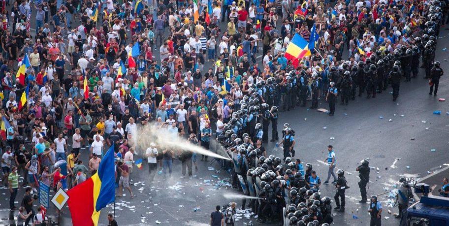 """Ce face Jandarmeria când nu gazează cetățenii? Se laudă cu… parfumuri contrafăcute. """"Pe ăia care fură milioane îi păziți ca pe icoane"""""""