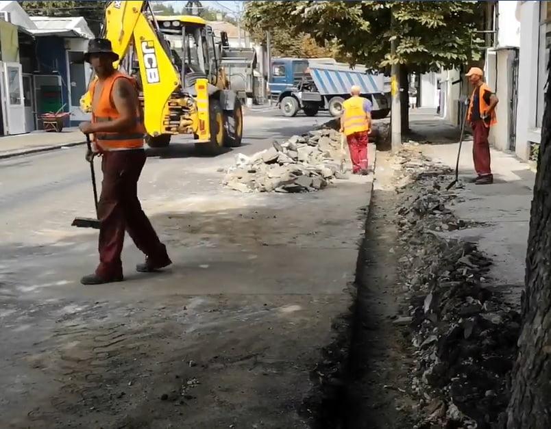 VIDEO / A început reabilitarea trotuarelor pe strada Ștefan Mihăileanu! Strada va fi închisă pe diferite tronsoane