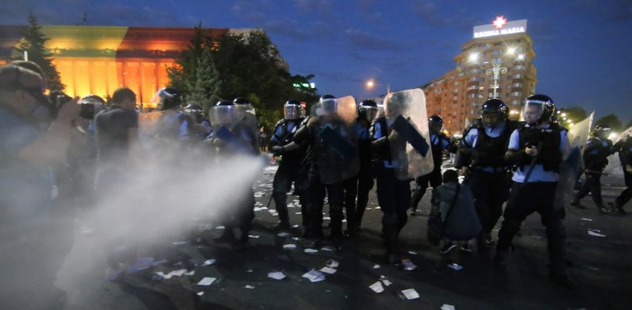 Peste 30 de români răniți la protestele din Capitală au depus plângere penală împotriva jandarmilor