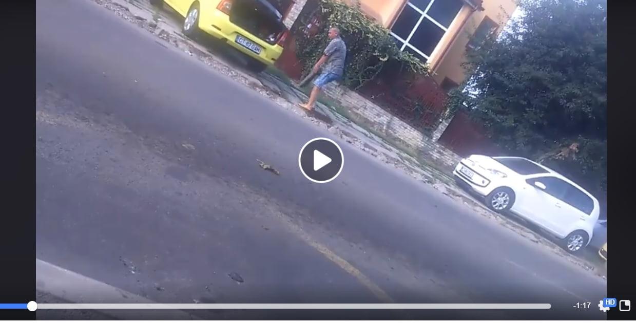 Video / Taximetrist filmat pe strada Pandurului în timp ce scotea pavelele din trotuar și le punea în portbagaj