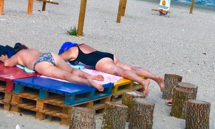 Revoltător! Două femei se bronzează pe masa de olărit de pe Plaja Terapeutică