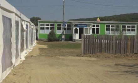 Fiica unui primar PSD a făcut nuntă în curtea școlii din localitate. Pentru montarea cortului, edilul a dărâmat gardul instiuției