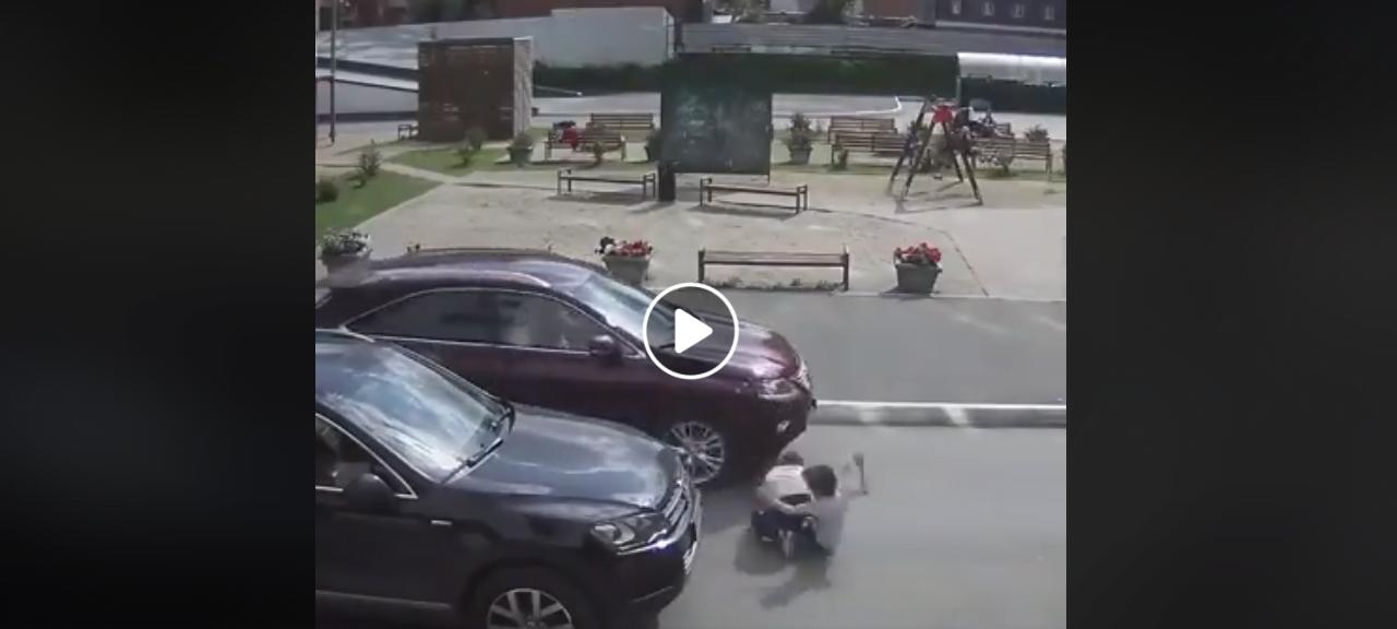 Imagini șocante! Un copil a fost lovit de o mașină în timp ce se îndrepta către locul de joacă. VIDEO