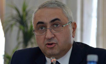 Ministrul Educației asigură investiția continuă în sistemul de învățământ, lăudând manualele pline de greșeli