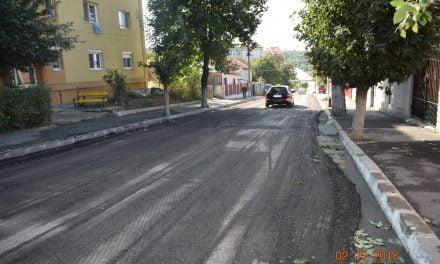 Continuă asfaltările pe străzile din orașul Cernavodă