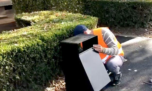 Coșuri de gunoi și băncuțe, montate pe noile trotuare de le bluevardul Tomis. VIDEO
