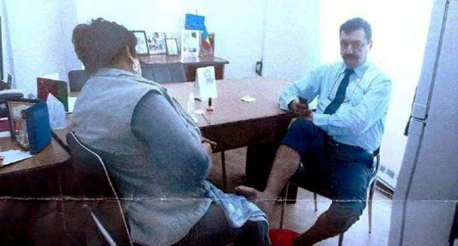 Burghezie în primărie. Director, spălat pe picioare în birou de o angajată