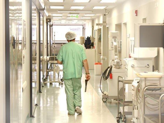 """DETALII ȘOCANTE / Pacientă incendiată pe masa de operații. """"Ardea ca o torță. Am aruncat o găleată de apă pe ea"""". Medicii încearcă să dea vina pe asistente"""