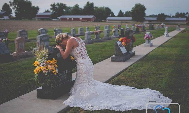 Fotografia care a emoționat o lume întreagă: mireasă îngenuncheată la mormântul logodnicului ei