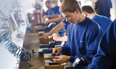 Elevii din familiile sărace și elevii din școlile profesionale vor primi câte 250, respect 200 de lei lunar