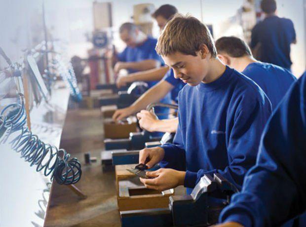 Modificări în Legea Educației: Elevii plătiți să facă școala profesională, 5 ani de zile obligați să muncească în țară