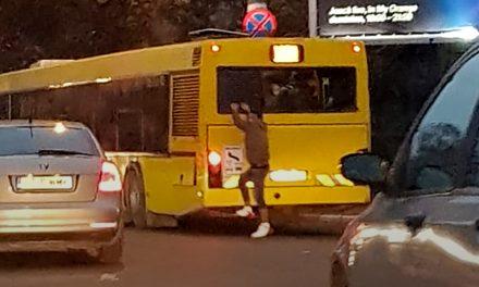 VIDEO. Inconștient sau teribilist? Un tânăr merge agățat de autobuz pe străzile din Constanța