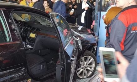 Atenție, imagini șocante! Atac fără precedent în România. Un șofer a intrat intenționat cu mașina într-un grup de oameni, la mall