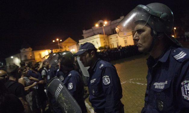 VIDEO / Cum au reacționat jandarmii bulgari în fața manifestanților. Și-au dat căștile și scuturile jos și i-au îmbrățișat pe protestatari