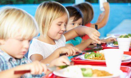 Copiii de la grădiniță și învățământul primar vor primi masă caldă la școală. Programul va fi extins la toate școlile până în 2030