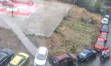 Imaginea nesimțirii. Pacient în stare gravă, adus cu elicopterul SMURD, blocat printre mașini parcate neregulamentar
