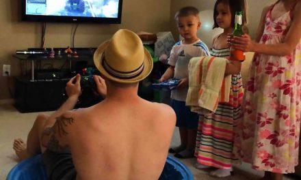 21 de imagini care arată de ce copiii nu ar trebui să rămână NICIODATĂ singuri acasă cu tații
