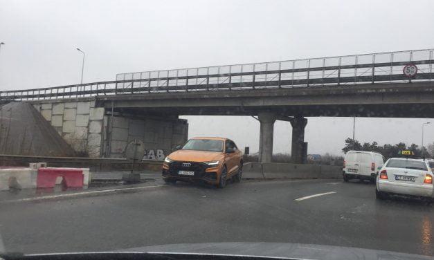 Audi Q8 de 100.000 euro, înfipt în parapetul de la Agigea, după ce un tir nu i-a acordat prioritate