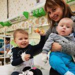 Doi copii mici, abandonați în fața spitalului. Campanie pentru găsirea rudelor sau părinților
