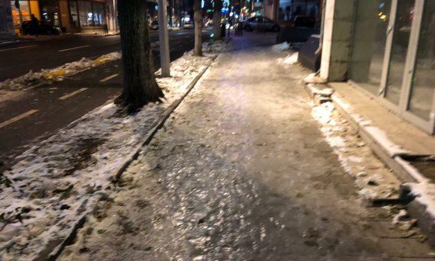 Un patinoar numit Constanța. Ninsoare s-a oprit de miercuri, orașul e tot blocat sub gheață
