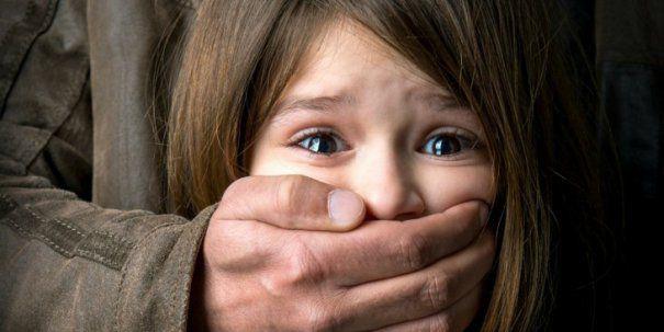 Un pedofil recidivist, eliberat prin legile PSD, a violat doi copii într-o singură zi. Individul a fost arestat, dar așteaptă grațierea lui Dragnea