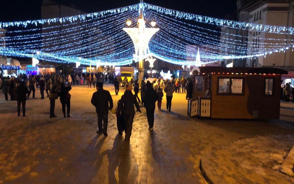 GALERIE FOTO. Târgul de Crăciun de la Constanța? Mai degrabă o glumă proastă. Tarabe și rulote cu shaorma și un brad de fier