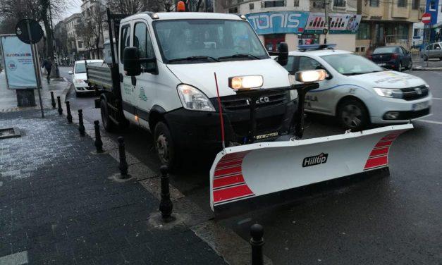 Primăria a împânzit azi orașul cu mașini de deszăpezire și sărărițe. Unde sunt, însă, atunci când chiar ninge?