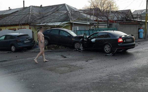 FOTO / Accident inedit la Constanța. Șoferul vinovat era complet dezbrăcat