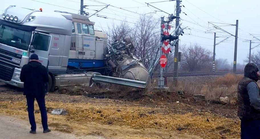 Autocisternă lovită de un tren în Portul Constanța. Mecanicul locomotivei a sărit din mers înaintea impactului