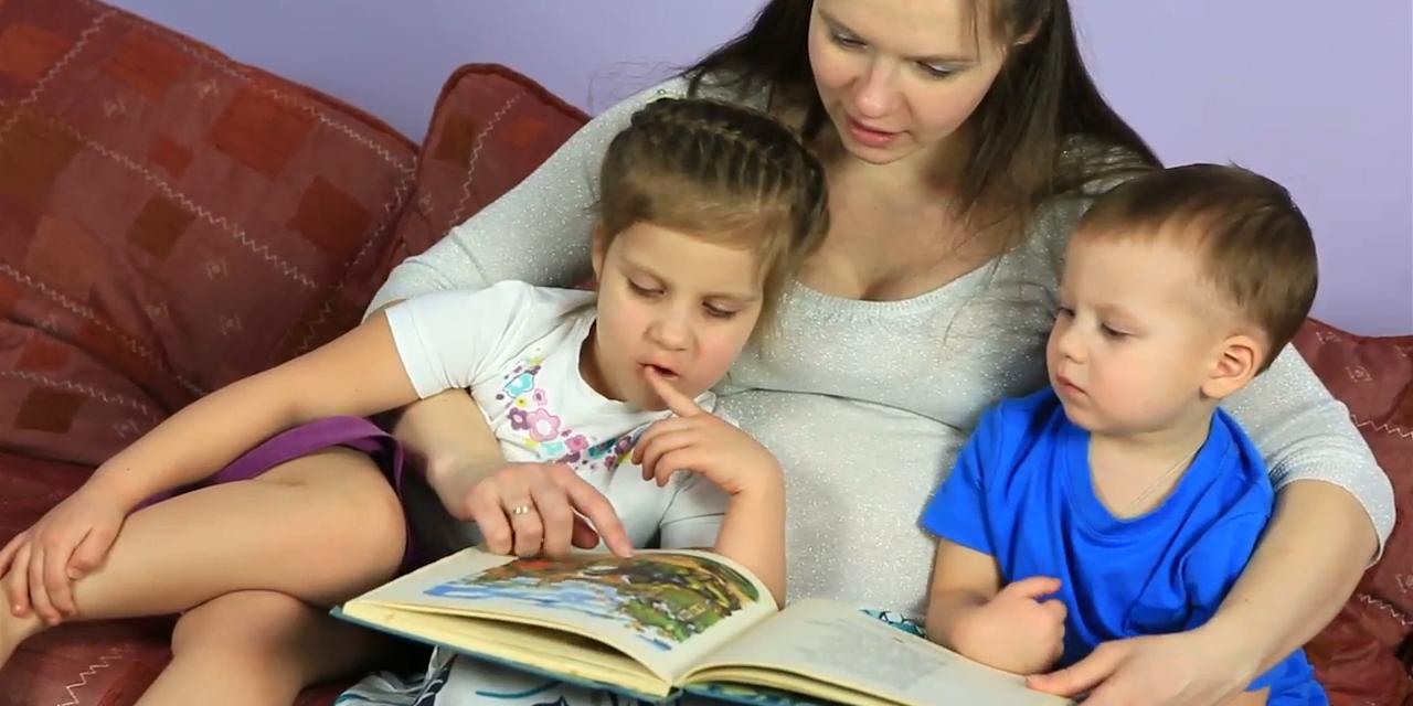 """Părinții care le citesc copiilor mici în mod regulat îi ajută să-și dezvolte abilitățile lingvistice cu 8 luni. """"Este o diferență uriașă"""""""
