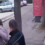 VIDEO. Meltean agresiv, încătușat de polițiștii locali într-un autobuz 42